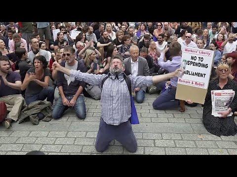 Британцы вышли на улицы после решения Бориса Джонсона приостановить работу парламента.