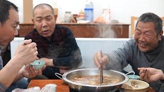 【食味阿远】老爸要请大伯吃饭,阿远跑外地买驴肉和板肠,老哥仨这顿吃的开心 | Shi Wei A Yuan