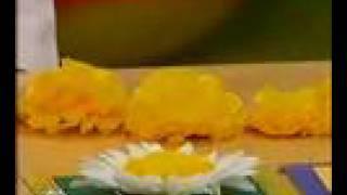 Цветы из салфеток(Как сделать разнообразные цветы из трехслойных салфеток при помощи степлера и ножниц. Фрагмент программы..., 2008-05-13T13:09:01.000Z)