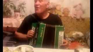 Дед наяривает на гармошке дети пляшут Яблочко.