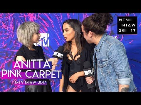 Anitta en la Pink Carpet de los Premios MTV Miaw  Legendado PT-BR