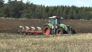 Fendt 724 ploughing