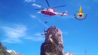 Alpi cuneesi, l'elicottero salva l'alpinista bloccato sullo sperone di roccia