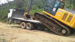 Excavadora se auto carga en plataforma