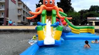 """Водная горка на пляже """"Огонёк"""" в Адлере. Развлечения для детей на море"""