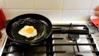 Жареное Яйцо на Чугунной Сковороде le Creuset Прилипает или Нет?