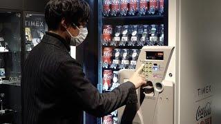 コカ・コーラとのコラボ腕時計 自販機で販売