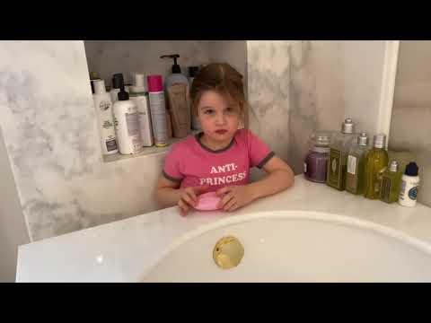 Трехлетняя дочь Ксении Бородиной боится забеременеть