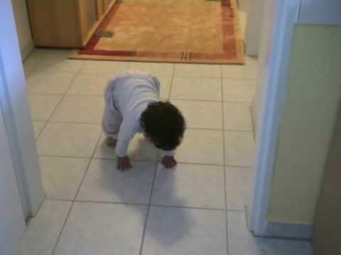 Baby lernt laufen...