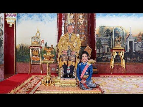 بسبب -عدم الولاء- ملك تايلاند يُجرد رفيقته من جميع الألقاب والرتب…  - نشر قبل 5 ساعة
