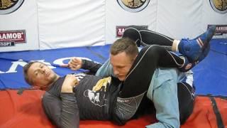 Классика дзюдо- контроль с ногой и удушение.