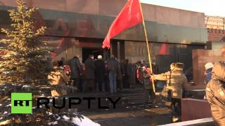 Russia: Hundreds pay tribute at Lenin Mausoleum in Red Square