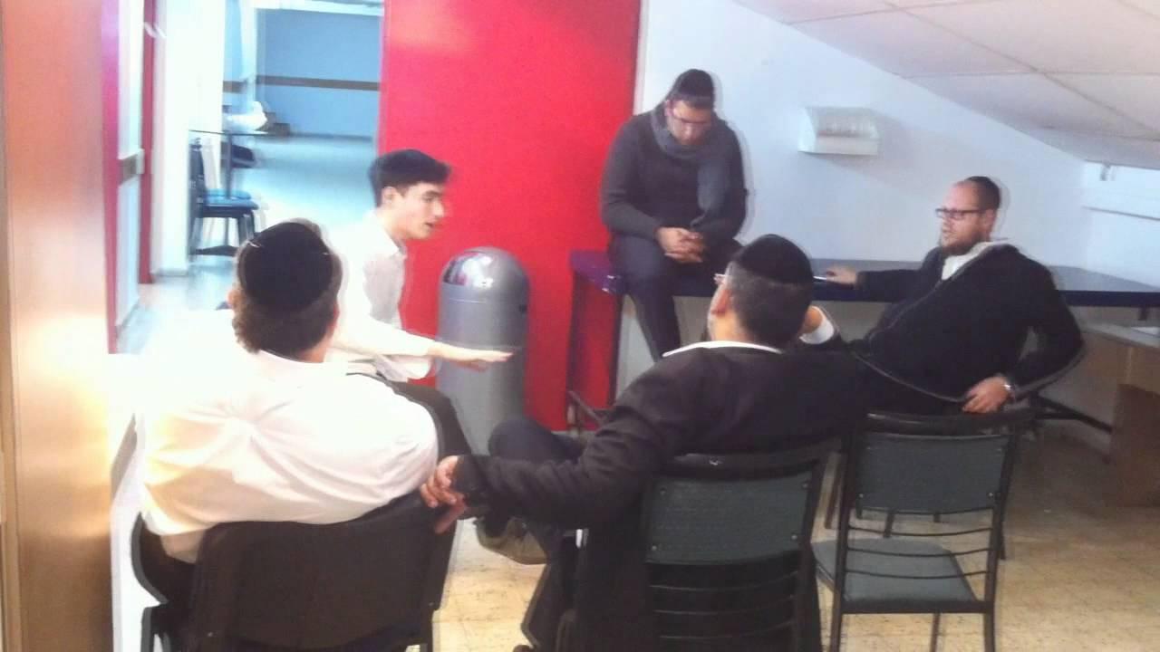 המעבד יואלי דיקמן, שוואקי ומקהלת ידידים בחזרות להופעה