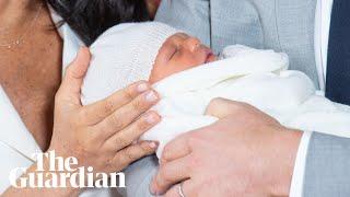 شاهد.. الأمير هاري وزوجته يقدمان طفلهما لوسائل الإعلام
