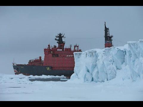 Атомный ледокол 'Ямал' во льдах Арктики.