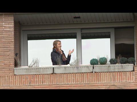 La Infanta Elena se une al aplauso en honor a los sanitarios