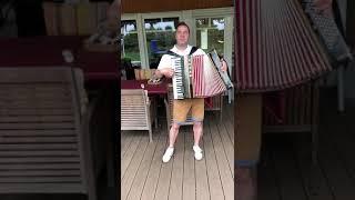Kufsteinlied. Wolfgang Völker auf dem Akkordeon
