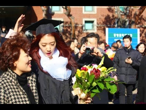park Shin Hye  graduation ceremony.   educated beauty