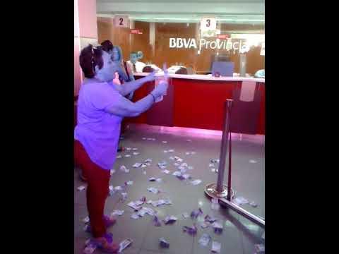 Señora rompe billetes en el Banco Provincial