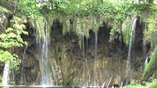 クロアチアのプリトヴィツェ湖群国立公園と滝の流れる美しい村スイニィ...
