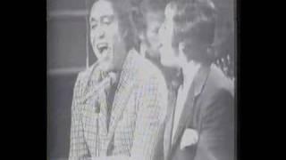 Johnny Mathis canta com Agostinho dos Santos no Brasil 1971