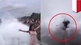 Video viral turis sibuk berpose di Bali hingga terhempas ombak besar - TomoNews