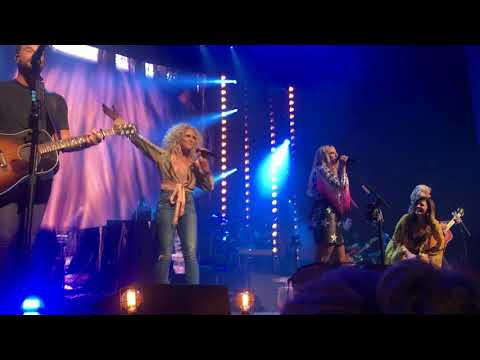 "Little Big Town and Miranda Lambert sing ""Boondocks"" live on the Bandwagon Tour"
