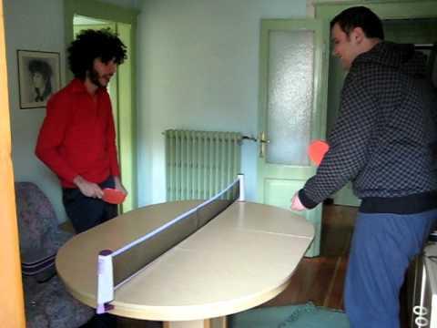 Dami e Bino giocano a ping pong su uno strano campo...