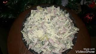 """Салат """"Мюнхен"""" с колбасой, сыром и солеными огурцами"""