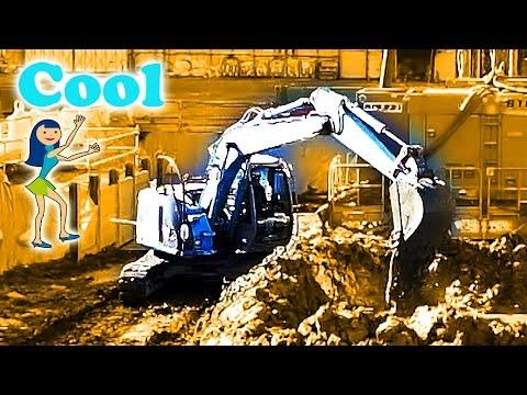 ひたすら水を汲むショベルカー 工事現場 Blue Excavator at Yokohama Construction