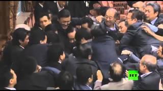 اليابان.. مشاجرة بالبرلمان بسبب قانون يسمح للجيش بالقتال خارج البلاد (فيديو)