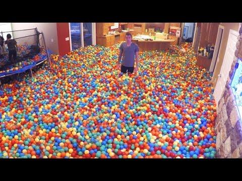 Il remplit sa maison de balles en plastique youtube for Bac pour piscine