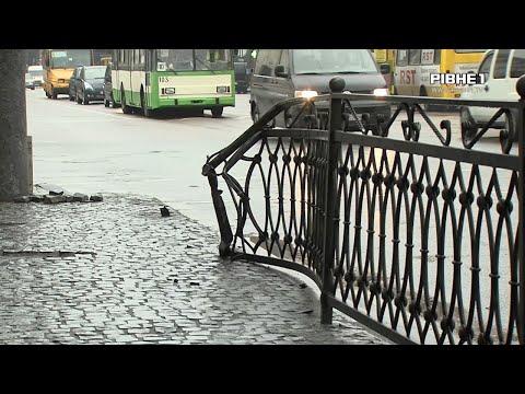 TVRivne1 / Рівне 1: У центрі Рівного автомобіль врізався у металевий паркан та ледве не в'їхав у аптеку