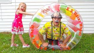 Nastya는 휴가에 할아버지를 방문하고 Nastya와 아빠는 새 옷을 꿰매 었습니다.