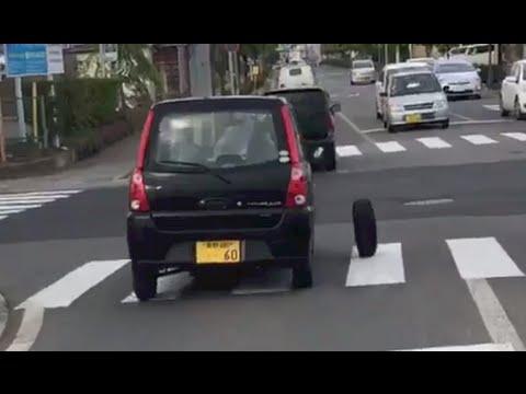 タイヤが離れているのに気づかない軽自動車。