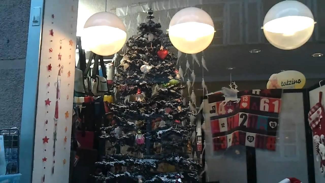 Schneiender Weihnachtsbaum.Grosser Schneiender Weihnachtsbaum