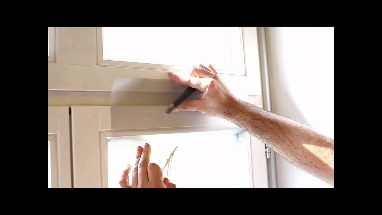 Fensterfolie am Fenster zuschneiden