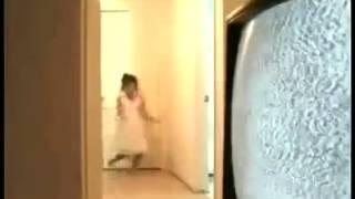 Petite fille qui danse quand soudain...
