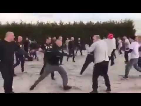 Heftige beelden: hooligans Feyenoord en AZ met elkaar op de vuist