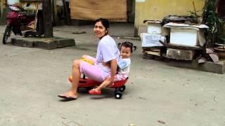 Mẹ Nga và bé Cốm đi xe lắc