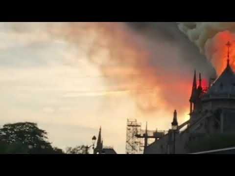 Собор Парижской Богоматери горит!