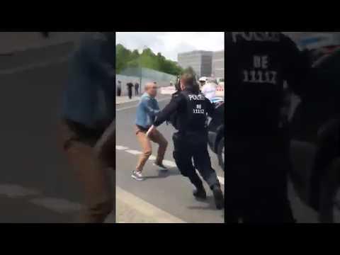[视频]王岐山在柏林被扔鸡蛋
