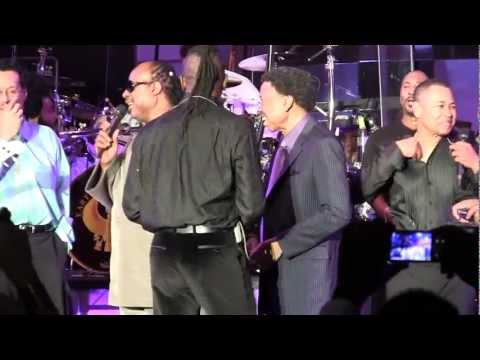 Stevie Wonder surprises E, W, & F's Maurice White, Philip Bailey, Monster's Noel Lee @ CES '11