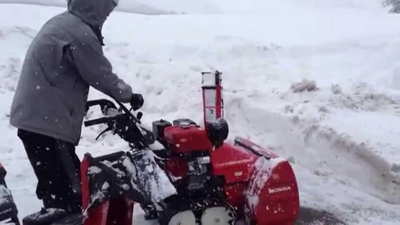 ホンダの小型除雪機を使った雪かきのデモ - YouTube