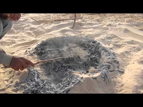Túnez. Haciendo pan Beduino en el Sahara.