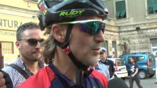 Davide Nicola da Crotone a Torino in bici fa tappa a Spezia 16-06-2017