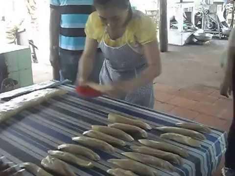 ( dulichgiatot.vn ) Một công đoạn làm kẹo dừa - Bến Tre
