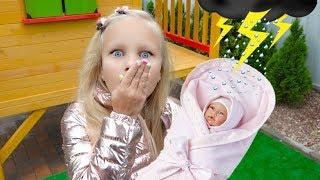 Алиса гуляет с куклой в коляске или Alice play with doll