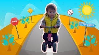 Арина учится ездить на велобеге в парке | Арина катается на беговеле 0+