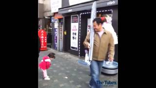 Japanese kid bows to robot  リトルキッド挨拶ロボット - Japanese Little Kid